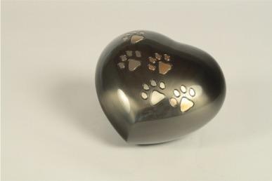 Urna nera a forma di cuore con rifiniture dorate