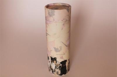 Urna a forma cilindrica alta con decorazioni
